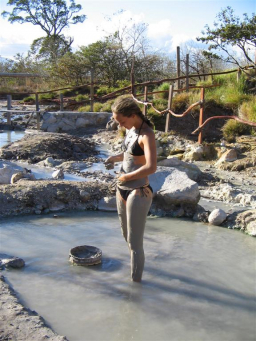 Relaxing after horseback trails with a mud bath at the hot springs. / Entspannen nach dem Geländeritt mit einem Schlammbad an den heißen Quellen.