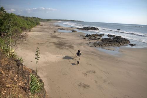 Long and lonesome beaches waiting for horse and rider in Costa Rica. Lange, ausgedehnte Strände die Pferd und Reiter in Costa Rica ganz für sich haben.