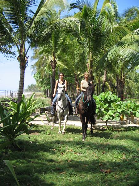 Horseback riding vacations like a dream. Ein Traum in grün: Reiterferien im tropischen Playa Junquillal.